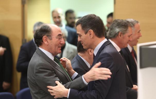 El consejero delegado de Iberdrola, Ignacio Sánchez Galán, saluda al presidente del Gobierno, Pedro Sánchez