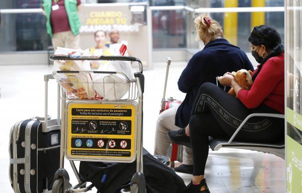 Viajeros turista España aeropuerto mascarilla coronavirus