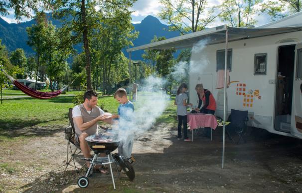 Una familia en una autocaravana en un camping.