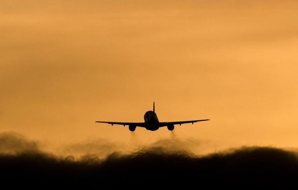 Las restricciones para viajar han golpeado al sector aeronáutico.
