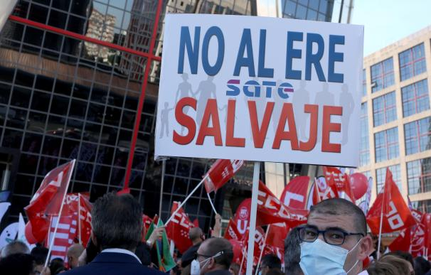 Varias personas durante una concentración contra el ERE de Caixabank