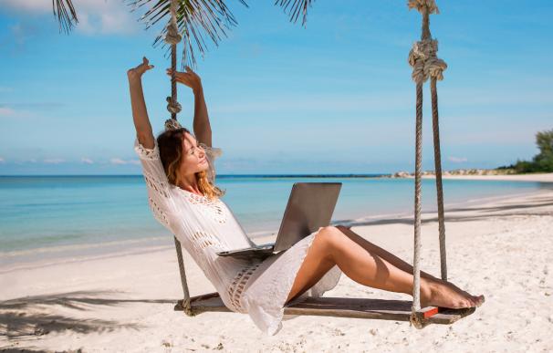 Trabajar en la playa durante las vacaciones.