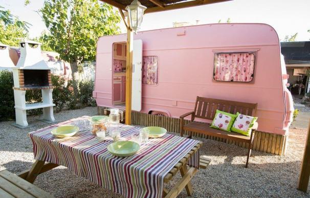 Caravana vintage rosa del Camping Miramar.