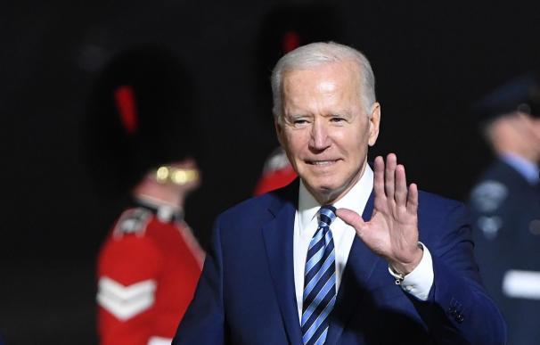Joe Biden llega al aeropuerto de Cornwall, en Reino Unido, para asistir a la cumbre del G-7.