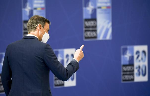 El presidente del Gobierno, Pedro Sánchez, saluda a su llegada a la reunión de jefes de Estado y de Gobierno de la OTAN, a 14 de junio de 2021, en Bruselas (Bélgica). Los jefes de Estado y de Gobierno de la OTAN han hecho durante la reunión un llamamiento a revitalizar la Alianza Atlántica y fomentar la cooperación entre Estados Unidos y Europa tras. La cumbre de hoy sirve de escenario para el primer encuentro entre el jefe del Gobierno español, Pedro Sánchez, y el presidente estadounidense, Joe Biden, y, designará a Madrid como sede de la cita de la OTAN del 2022. La cita coincidirá con el 40.º aniversario del ingreso de España en la Alianza Atlántica. 14 JUNIO 2021;ESPAÑA;PSOE;OTAN;ALIANZA ATLÁNTICA Belga / Europa Press 14/6/2021