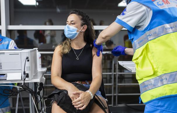 Un sanitario administra una dosis de la vacuna de Pfizer a una mujer en el Wizink Center durante la primera noche en la que el recinto está abierto a la vacunación, a 1 de julio de 2021, en Madrid (España). El centro de vacunación masiva del WiZink Center comienza este jueves a vacunar también en horario nocturno, extendiendo su servicio las 24 horas del día, tras la demanda que se ha registrado para la autocita nocturna en el hospital Enfermera Isabel Zendal, donde se estrenó el servicio el pasado 27 de junio. 01 JULIO 2021 Alejandro Martínez Vélez / Europa Press 2/7/2021