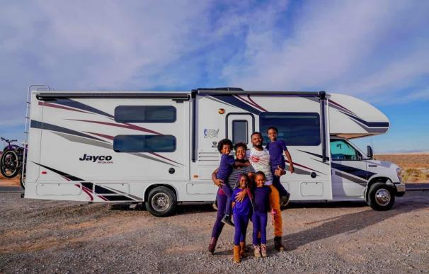 La familia Akpan junto a su autocaravana.