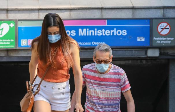 Varias personas salen del metro en las inmediaciones de Nuevos Ministerios, a 28 de junio de 2021, en Madrid, (España). Este es el primer día laborable sin la obligatoriedad de utilizar mascarilla en espacios abiertos en todo el territorio nacional, medida aprobada en un Consejo de Ministros extraordinario el pasado 24 de junio que determinaba el permiso a no utilizarla desde antes de ayer, sábado 26 de junio. 28 JUNIO 2021;MADRID;MASCARILLA;ESPACIOS ABIERTOS;CONSEJO DE MINISTROS Marta Fernández / Europa Press 28/6/2021