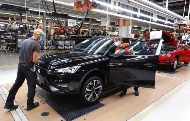 Dos trabajadores en la línea de producción del Seat León en la fábrica de Martorell