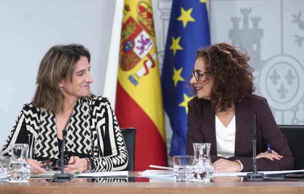 La ministra de Transición Ecológica, Teresa Ribera, y la titular de Hacienda, María Jesús Montero