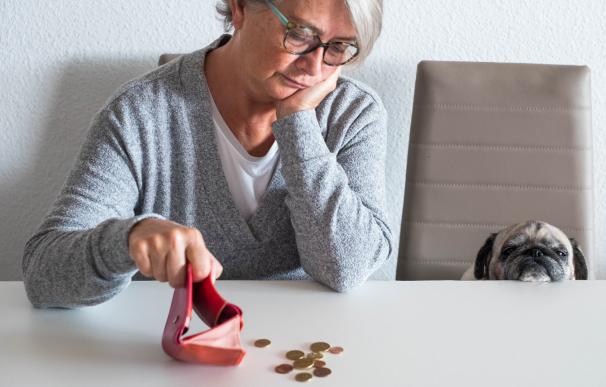 Mujer jubilada contando dinero.