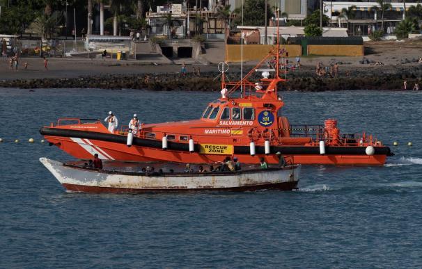 desaparecido esta noche al naufragar su patera poco antes de que llegara a ellos una embarcación de rescate, según han informado fuentes del 112 y del consorcio de emergencias de la isla.