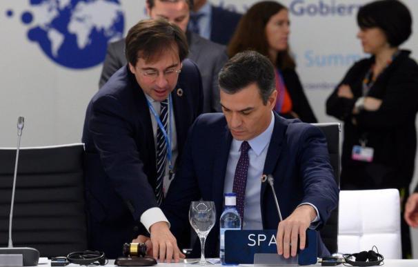 El ministro de Exteriores, José Manuel Albares, junto al presidente del Gobierno, Pedro Sánchez.
