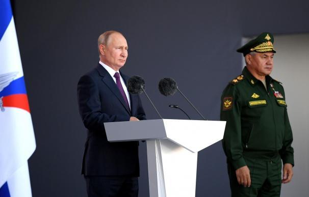 El presidente ruso, Vladimir Putin, junto al ministro de Defensa, Sergey Shoygu .