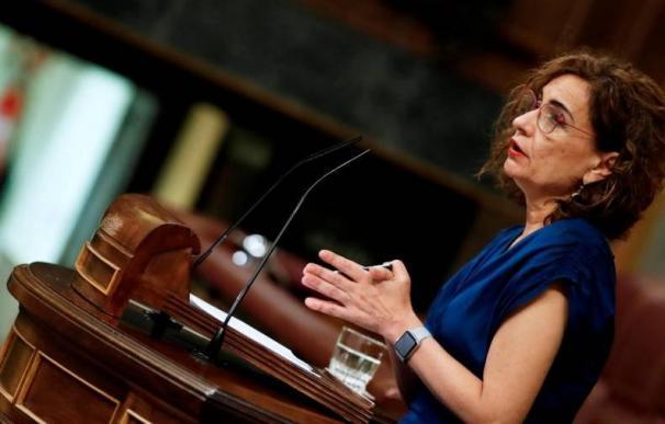 La ministra de Hacienda se ha comprometido a hacer fijos sin opositar a los interinos con más de 10 años en el puesto