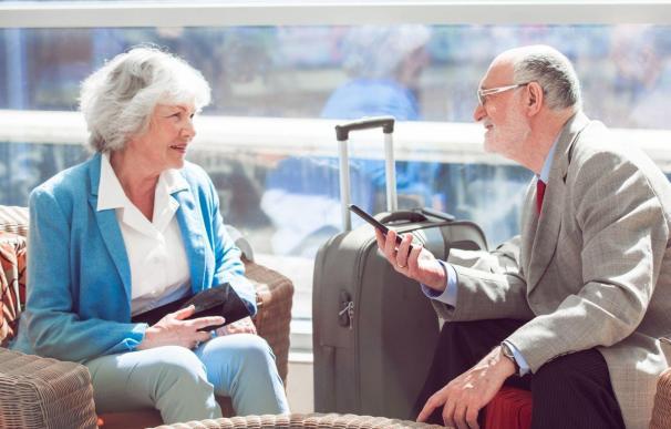 Pareja jubilada preparada para irse de viaje.