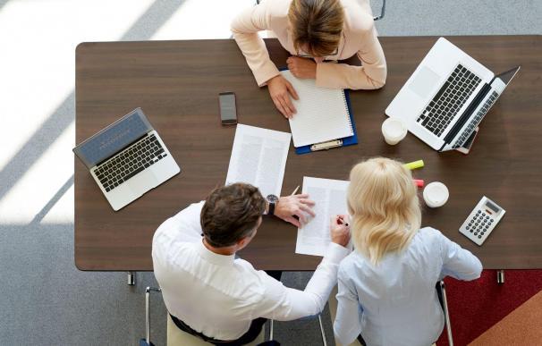 Trabajadores en una reunión en la oficina.
