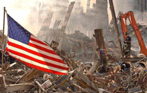 Una bandera estadounidense entre los restos de las Torres Gemelas tras los atentados del 11-S.