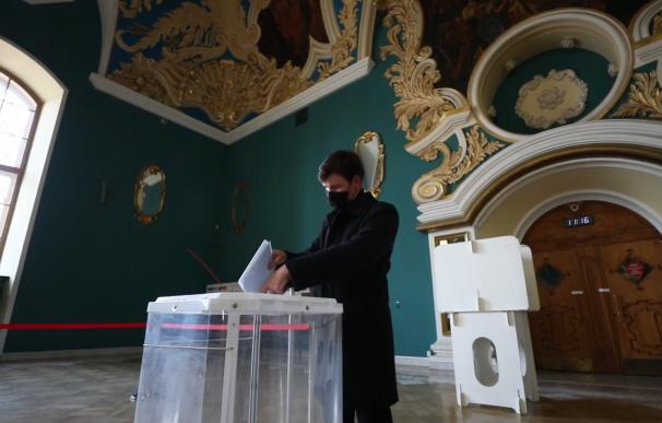 Los rusos participan en la segunda jornada de las elecciones parlamentarias.