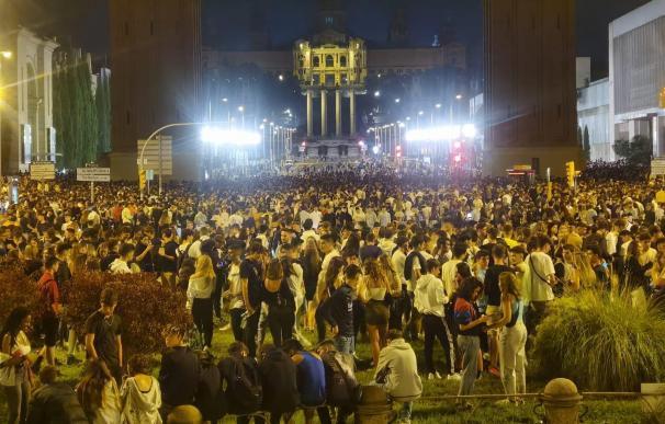 Miles de jóvenes celebran un botellón en la avenida Maria Cristina de Barcelona.