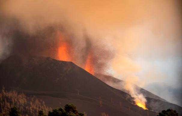 El volcán de La Palma mantiene dos coladas y la lava avanza con lentitud