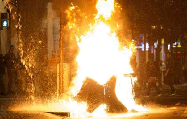 los-mossos-cargan-en-la-tercera-noche-de-disturbios-por-el-banco-expropiado