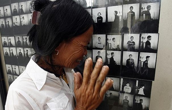 Sek O llora frente a la fotografía de su padre durante la visita al Tuol Sleng Genocide Museum, en Phnom Penh | Chor Sokunthea, Reuters