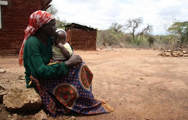 Farmer Mutindi de 36 años posa junto a su hija (Kenia) | Tristan McConnell