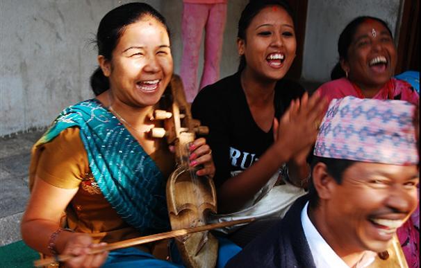 Una mujer toca el sarangi en Kathmandu   John Bishop, Global Post