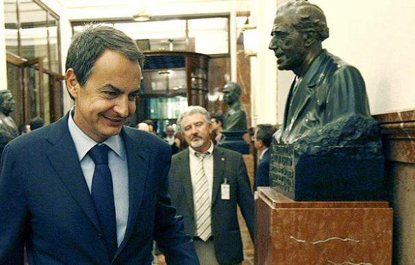 El presidente del Gobierno, José Luis Rodríguez Zapatero, entra en el hemiciclo