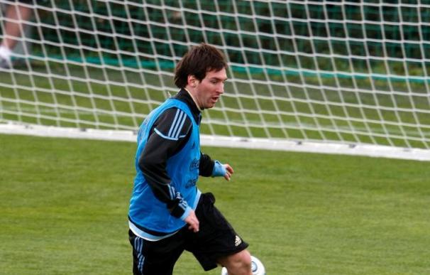 """Messi recibe """"nervioso"""" el trofeo Di Stefano"""