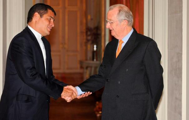 Correa se reúne con el rey belga y coloca flores en el monumento a Simón Bolívar