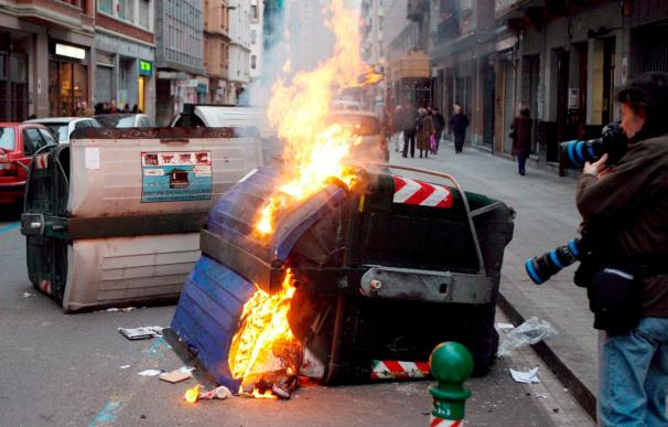 Detenido un joven por incendiar seis contenedores esta madrugada en Barakaldo