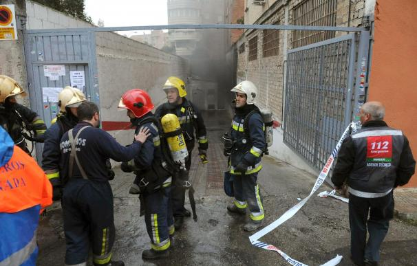 Desalojados de nuevo 400 vecinos al reactivarse el fuego de un garaje en Granada