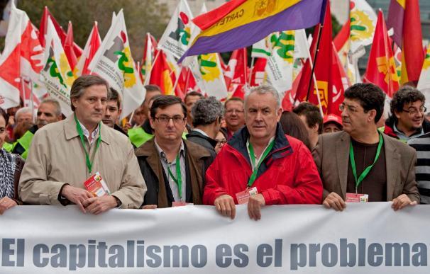 Cayo Lara dice que se sale de la crisis por la izquierda y no con leyes de humo