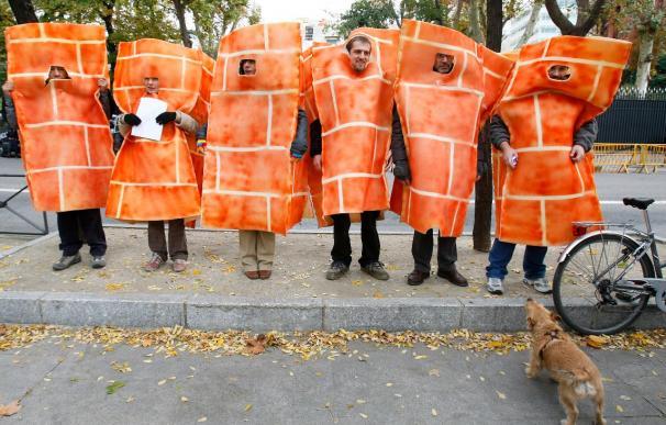 Ladrillos humanos escenifican ante la embajada de EEUU el bloqueo a un acuerdo