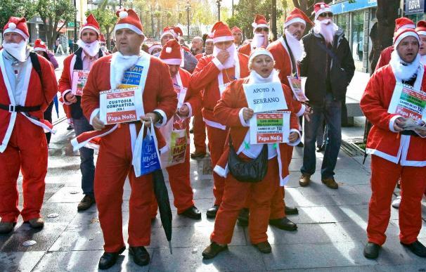 Padres separados piden custodia compartida vestidos de Papá Noel
