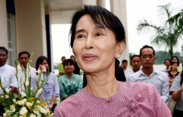 Suu Kyi se reúne fuera de su confinamiento con miembros de su partido