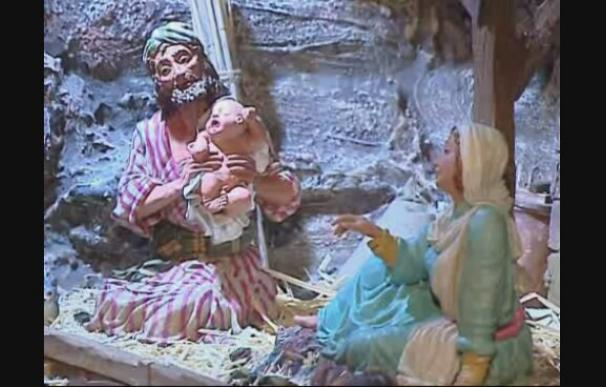 San José sostiene en brazos al Niño Jesús en un Belén expuesto en Valencia
