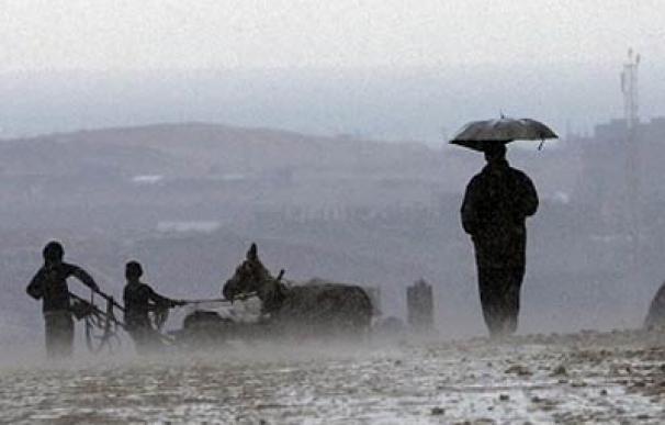 Un hombre palestino camina junto a la frontera de Gaza y Egipto