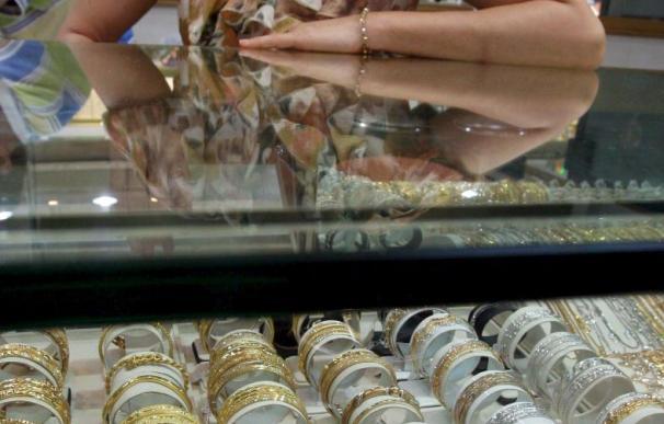 La onza de oro supera la barrera de los 1.200 dólares