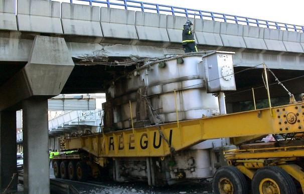 Atasco en la M-40 tras quedar encajonado un camión bajo un puente