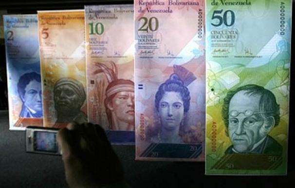 Un hombre fotografía las muestras gigantes de los billetes venezolanos expuestas en la sede del Banco Central de Caracas (2007)