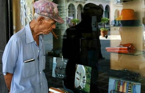 Un cubano observa un escaparate de una tienda para turistas en La Habana Vieja (sept. 2006)