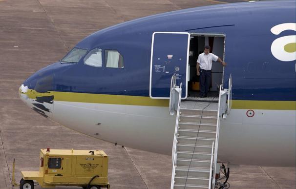Los trabajadores de Air Comet deciden en asamblea si desconvocan los paros tras la promesa de pago