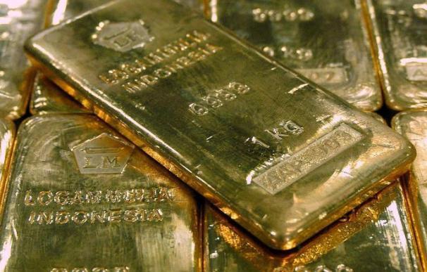 La onza de oro cierra en Londres con una bajada del 4 por ciento