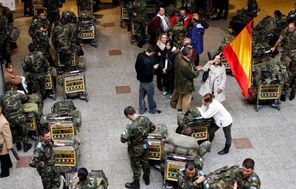 Los familiares despiden en Barajas al centenar de militares del relevo de la misión en el Líbano