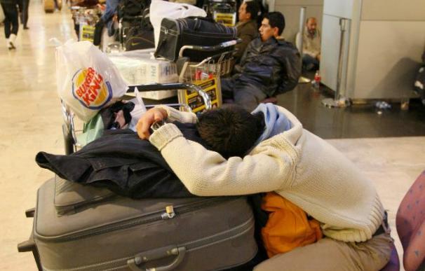 Los pasajeros de Air Comet cortan el acceso a la Terminal 1 de Barajas
