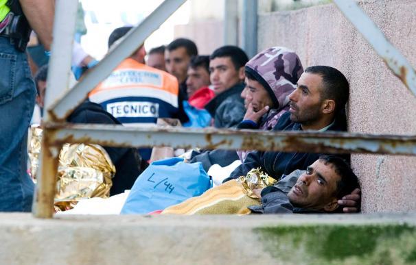 Rescatan a 6 inmigrantes en una balsa a la deriva en el Estrecho de Gibraltar