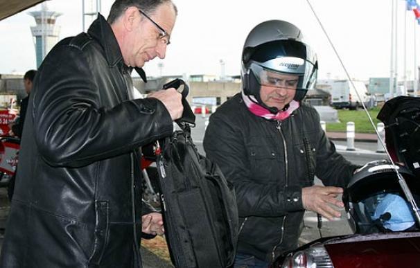 """Un """"moto-taxista"""" recoge a un cliente en el aeropuerto de Orly (París)"""